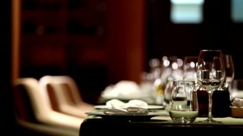 raffinato ristorante impostare - cena video stock e b–roll