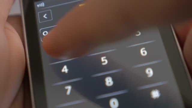 vidéos et rushes de doigt composez le numéro d'urgence 911 sur la vidéo téléphone portable tactile écran 4k 2160p uhd - homme tenant le téléphone intelligent et cadrans 911 numéro d'urgence 4k 3840 x 2160 uhd footage - cadran