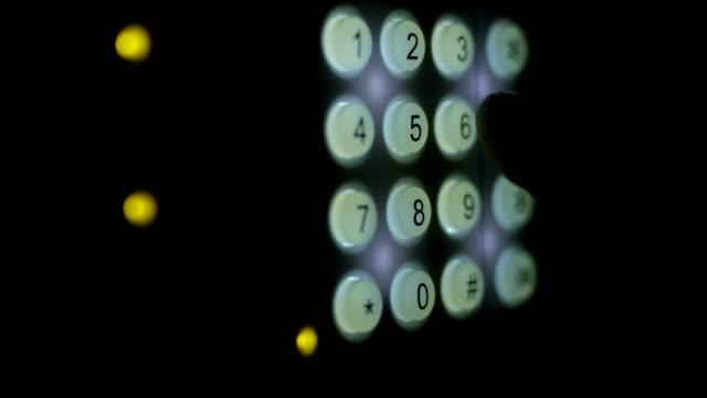 Finger, die Kombination Eingabe über eine Tastatur mit leuchtenden Tasten Einstellung Sicherheitssystem auf Schuss auf rot – Video