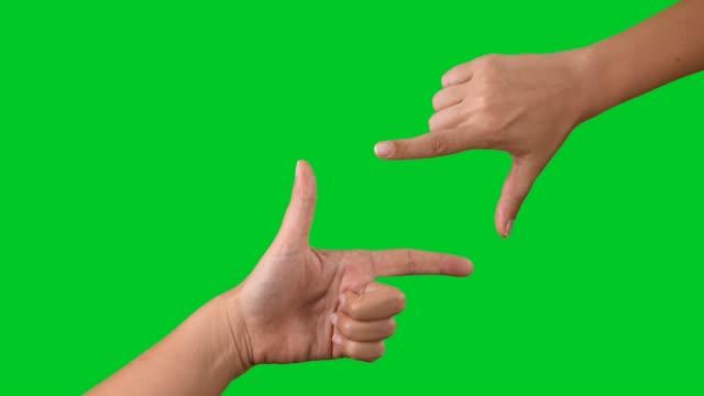 vídeos de stock, filmes e b-roll de 4k dedo moldura touchscreen na croma - temas fotográficos