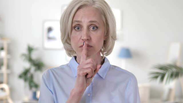 vídeos y material grabado en eventos de stock de dedo en los labios por joven empresario aislado sobre fondo blanco - dedo sobre labios