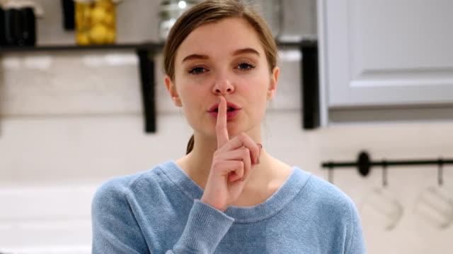 finger on lips, woman asking for silence - cisza filmów i materiałów b-roll