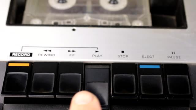 Appuyer sur le doigt sur le bouton de lecture et arrêter. Lecteur rétro de cassette. - Vidéo
