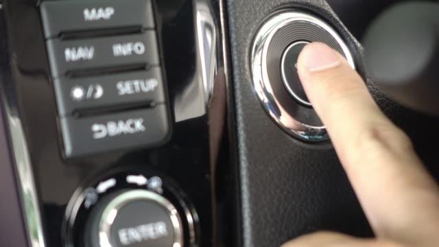4k: motoru başlat durdur düğmesine basarak parmak. - başlama çizgisi stok videoları ve detay görüntü çekimi