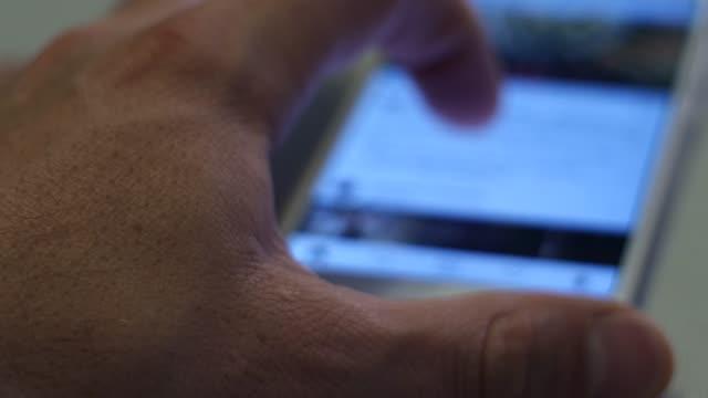 Os dedos estão digitando em um smartphone. Telefone de perto - vídeo