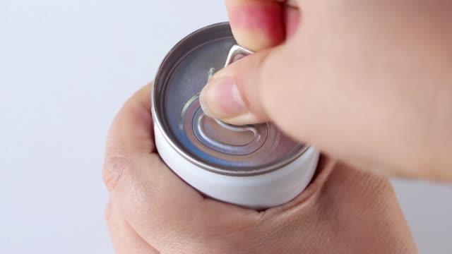finger der weiblichen öffnen einer dose limonade. - koffeinmolekül stock-videos und b-roll-filmmaterial