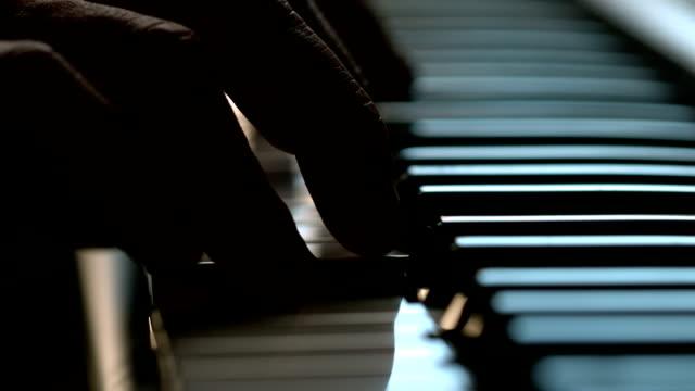 vídeos de stock e filmes b-roll de dedos tocar nas teclas de piano - piano