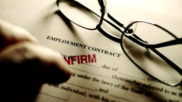 vídeos de stock, filmes e b-roll de dedos que escutam no contrato de emprego - validação
