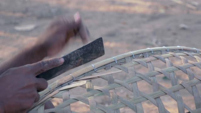 ナイフで切ることによって竹の赤ちゃんの揺りかごの端を終える (クローズアップ) - 籠点の映像素材/bロール