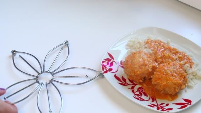 vídeos de stock e filmes b-roll de finished meatballs lie on a plate of rice. from them the steam rises. - produto de carne