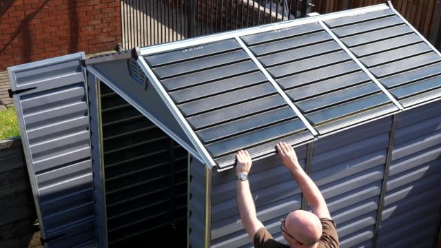 Bидео Finishing building new plastic garden storage shed