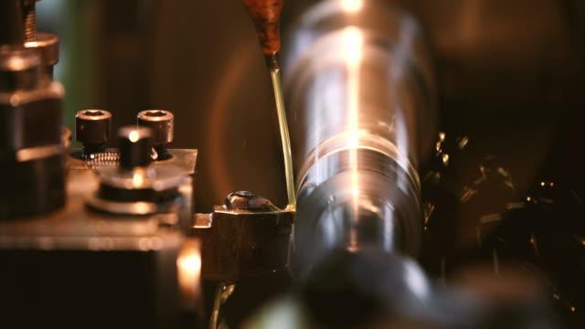 ytbehandling metall arbetar med hög precision slipmaskin i verkstad - vapen bildbanksvideor och videomaterial från bakom kulisserna