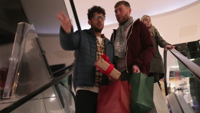 efterbehandling av deras julhandeln - christmas present bildbanksvideor och videomaterial från bakom kulisserna
