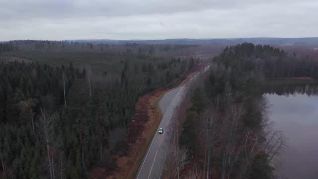 finland road highway nära lake grey bilkörning med strålkastare evening antenn - drone helsinki bildbanksvideor och videomaterial från bakom kulisserna