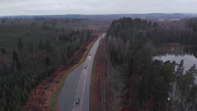 finland road highway nära sjön tre bilar körning med strålkastare på kvällen antenn - drone helsinki bildbanksvideor och videomaterial från bakom kulisserna