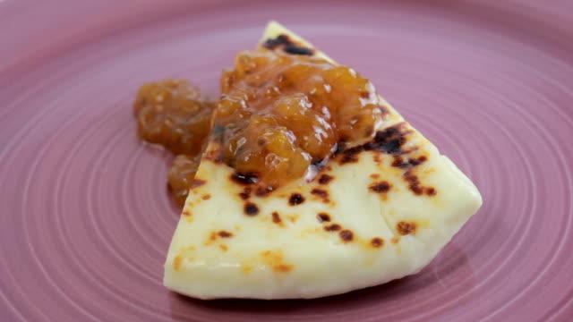 finska ost med färska hjortron på en lila platta, roterande - norrbotten bildbanksvideor och videomaterial från bakom kulisserna