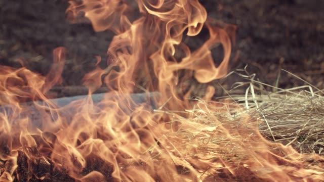 vídeos de stock e filmes b-roll de fire after the explosion of a military projectile. - bomba