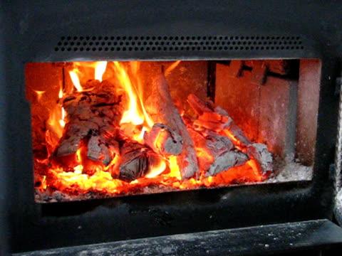 огонь и углях - элемент здания стоковые видео и кадры b-roll