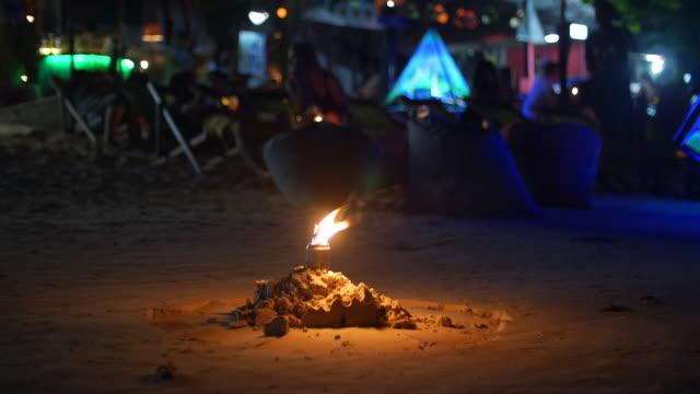 fire bottle lampa på en strand med färgglada night party - bål utomhuseld bildbanksvideor och videomaterial från bakom kulisserna