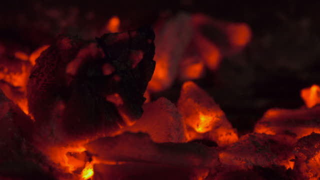 vídeos de stock e filmes b-roll de fire burn wood sliding shot - burned oven