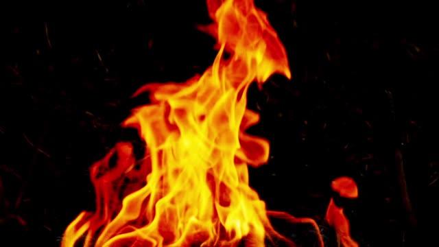 slo mo fire, yanan alev. - şenlik ateşi stok videoları ve detay görüntü çekimi