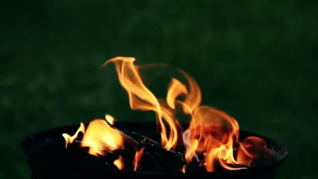 vídeos de stock e filmes b-roll de fogo queima em câmara lenta - inflamável
