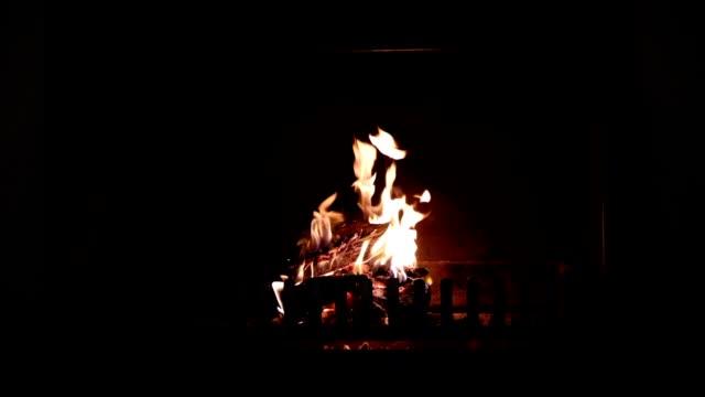 vídeos de stock e filmes b-roll de fire burning inside an indoor fire place - lareira