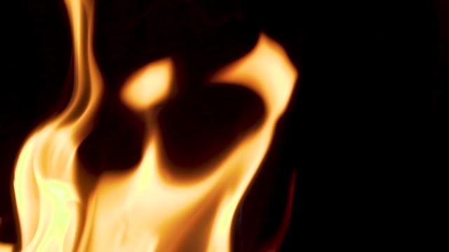 brand bränning med svart bakgrund. närbild skott. slow motion. partikel för vfx. tomt utrymme för logotyp. - släcka bildbanksvideor och videomaterial från bakom kulisserna