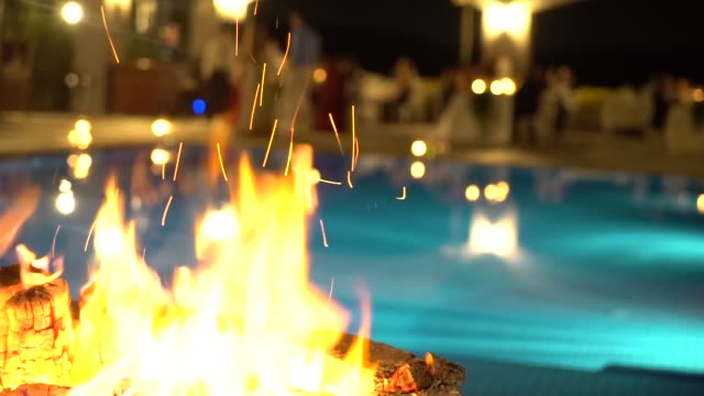 огонь у бассейна - элемент здания стоковые видео и кадры b-roll
