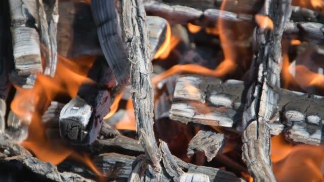 火煤關閉在烤架。 - 建築物特徵 個影片檔及 b 捲影像