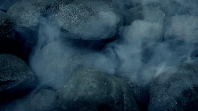 yangın kömürleri yükselen dumanla yanmaya başladı - şömine odunu stok videoları ve detay görüntü çekimi
