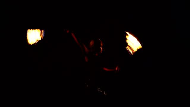fire dancer, fire performer. - beach party filmów i materiałów b-roll