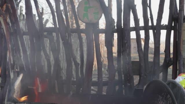 yangın çöplüğü - dumpster fire stok videoları ve detay görüntü çekimi