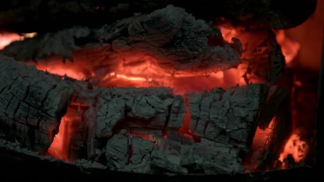 fuoco camino legno di brace - tizzone video stock e b–roll