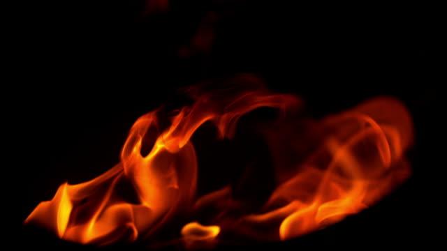 slo-mo-feuer flammen in der nacht - fackel stock-videos und b-roll-filmmaterial