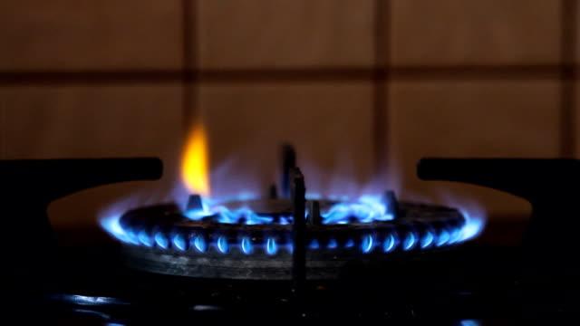 キッチンのガスコンロから燃焼ガスを火します。 - 気体点の映像素材/bロール