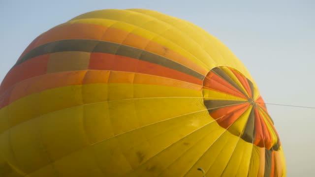 balon yangın 4k kalkış hazırlığı - zeplin stok videoları ve detay görüntü çekimi