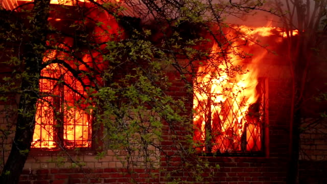 fire in a residential building - incendio doloso video stock e b–roll