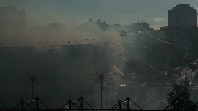 fire in the center of kiev. black smoke filled the street. kiev, ukraine - incendio doloso video stock e b–roll