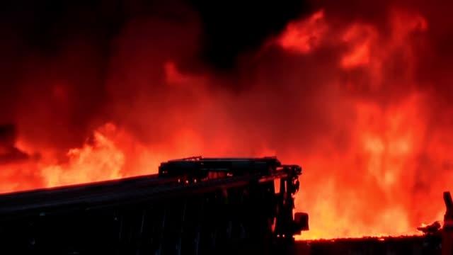 fuoco nella città - incendio video stock e b–roll