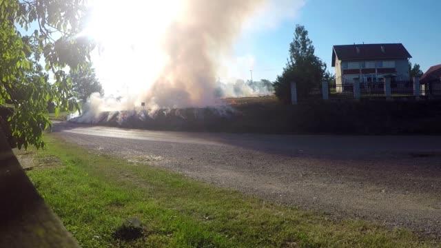 brand i fältet nära staden - skog brand bildbanksvideor och videomaterial från bakom kulisserna
