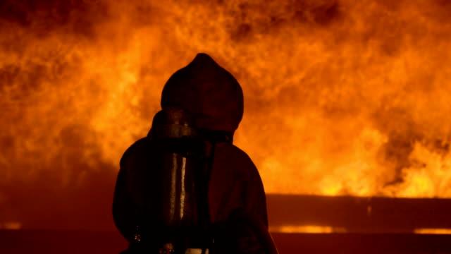 vídeos de stock, filmes e b-roll de fogo na casa de madeira - inferno fogo