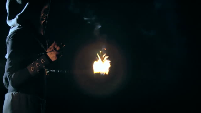 feuerjongleur - stuntman stock-videos und b-roll-filmmaterial