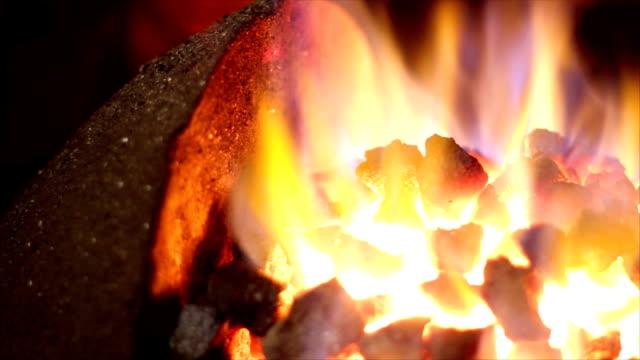 vídeos y material grabado en eventos de stock de fuego de carbón - pinzas utensilio para servir