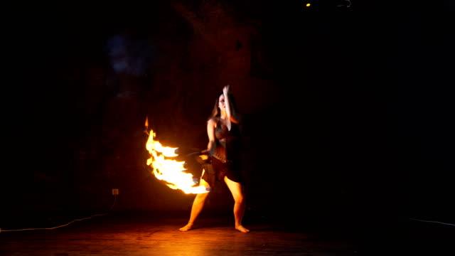 火の実行者。ファイヤーダンス。 - 異国情緒点の映像素材/bロール