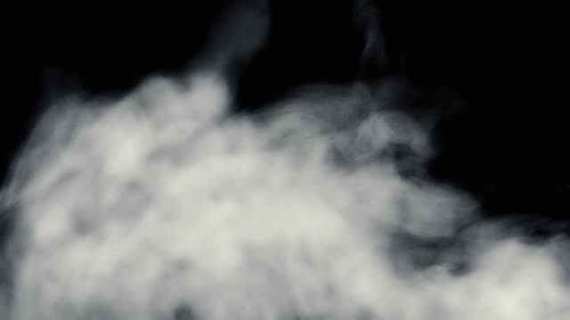 火から煙が黒の背景を - 蒸気点の映像素材/bロール