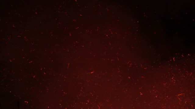 vídeos de stock e filmes b-roll de fire sparkle particle on night sky slow motion - inferno fogo