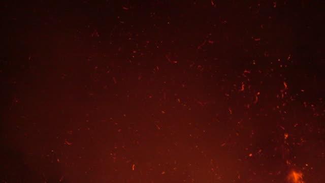 feuer funkeln partikel auf nacht himmel zeitlupe - glühend stock-videos und b-roll-filmmaterial