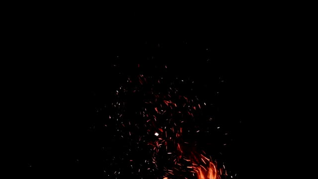 искры огня в ночи, крупным планом - spark стоковые видео и кадры b-roll