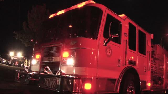 vídeos de stock, filmes e b-roll de caminhão de bombeiros - bombeiro